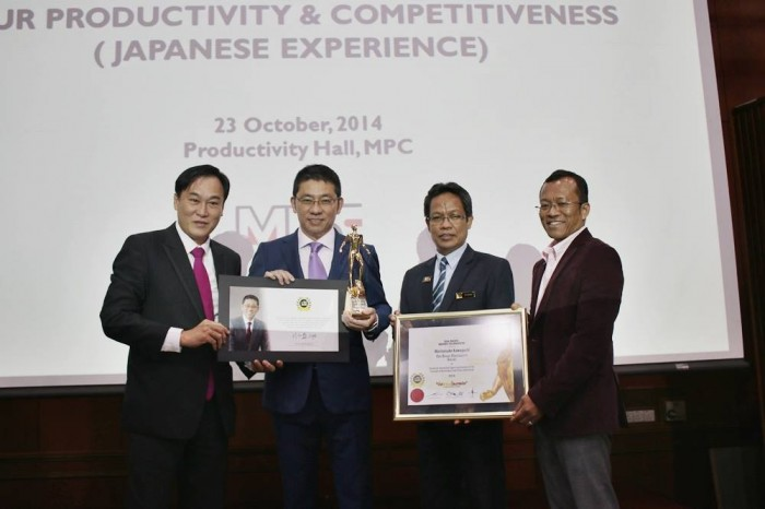 Japanese futurist, strategist and designer Morinosuke Kawaguchi receives the Brand Personality Award 2014 in Malaysia. From left to right: President of The BrandLaureate, Dr KKJohan, Morinosuke Kawaguchi, Director-General of MPC, Dato' Mohd Razali Hussein, and CEO of IDR Perak, Dr. Mazalan Kamis.